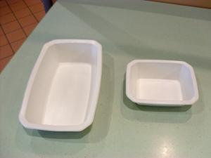 Deux modèles de barquette en pulpe de canne à sucre utilisées pour le portage à domicile